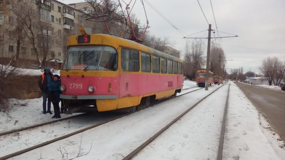 Столкновения иномарок с троллейбусом и трамваем парализовали движение в Волгограде