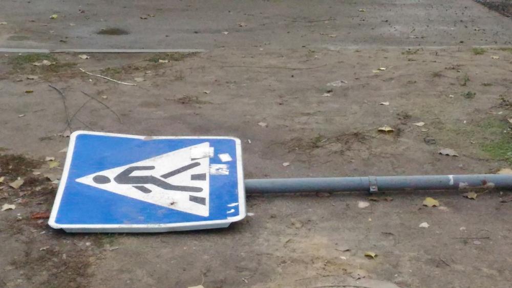 23-летняя девушка-водитель протаранила стоящий авто и пешехода в Волгограде