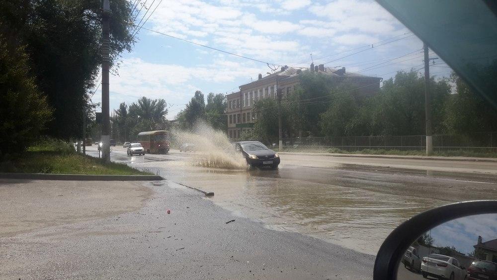 В Волгограде в поселке Ангарский прорвало канализацию: машины и люди тонут в фекалиях
