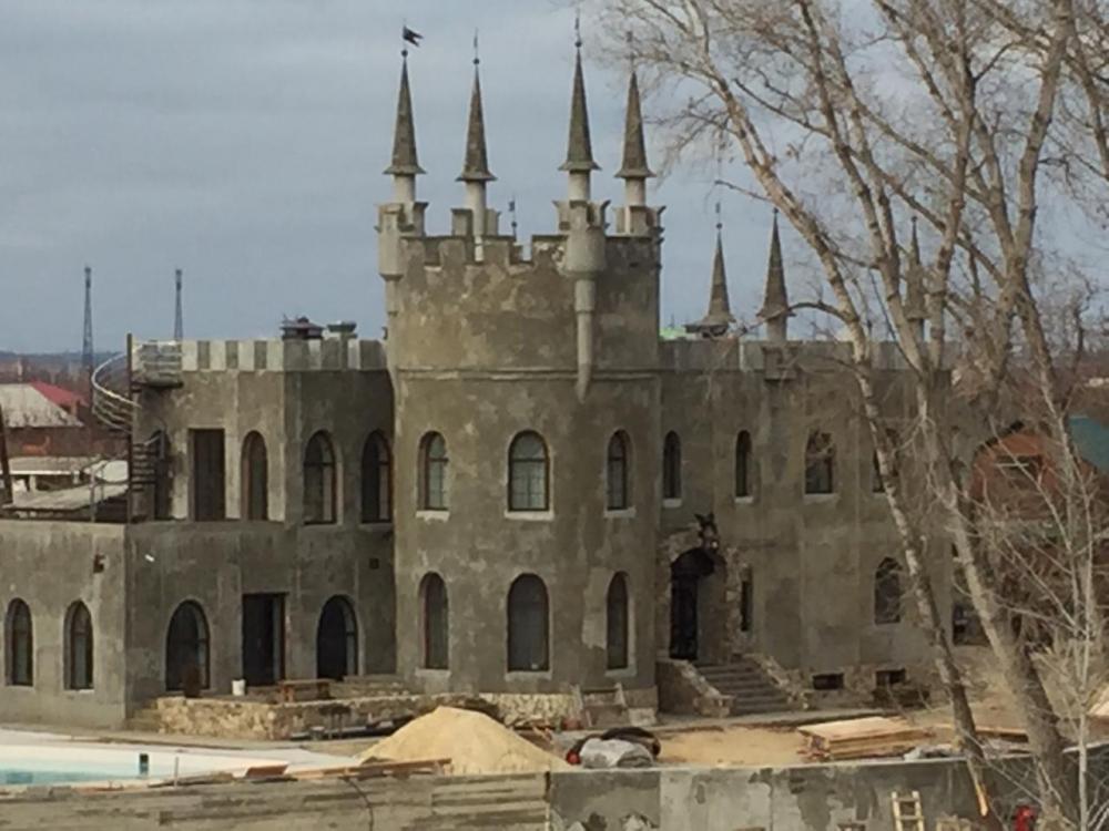 Волгоградский активист потребовал проверить законность строительства замка на ГЭС