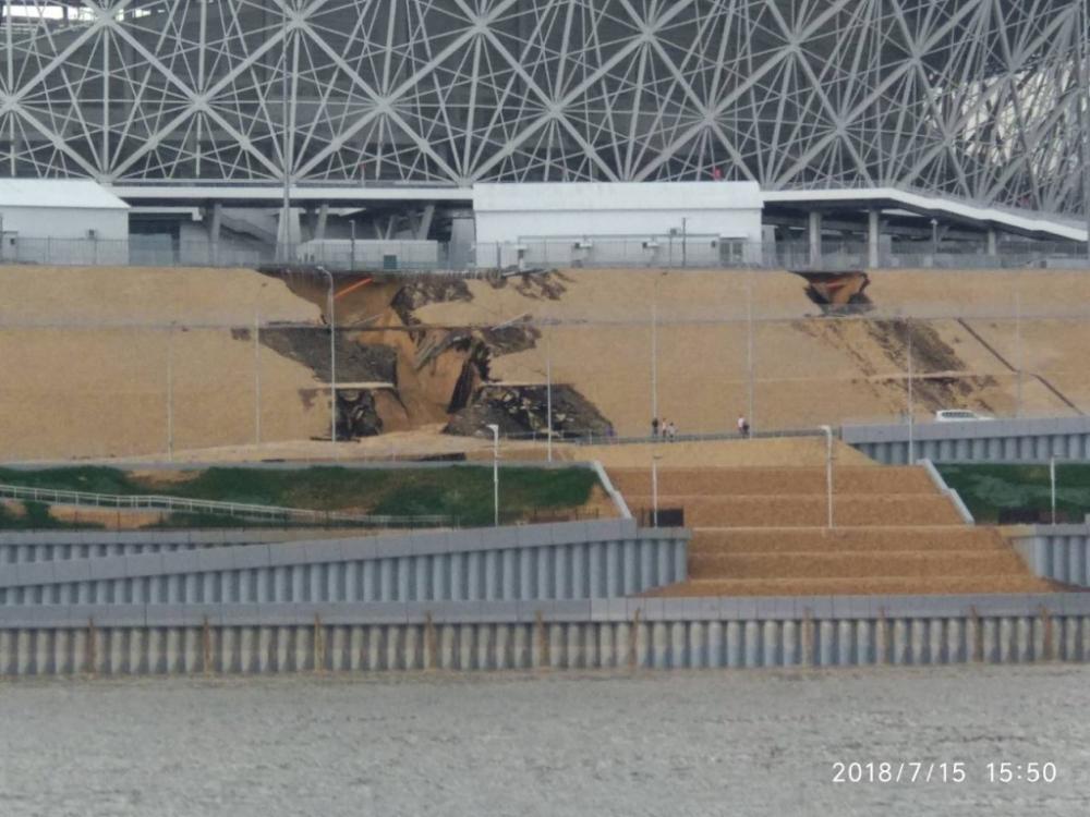 Асфальт возле стадиона «Волгоград Арена» ушел под землю