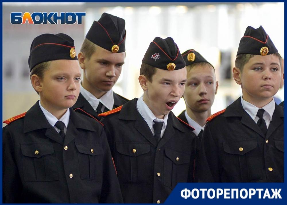 Заинтересованные лица на выставке маршала Малиновского в Волгограде попали в объектив фотографа