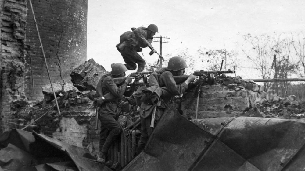 30 октября 1942 года - еще один красноармеец – Иван Ивченко - закрыл грудью вражескую амбразуру под Сталинградом
