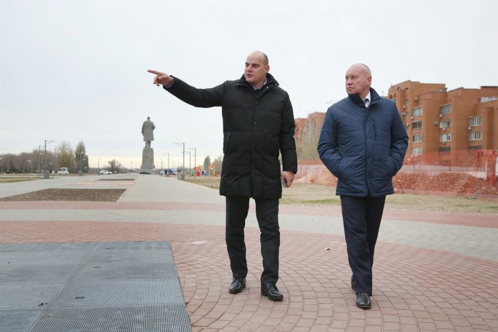 Власти Волгограда закатали в плитку целый сквер