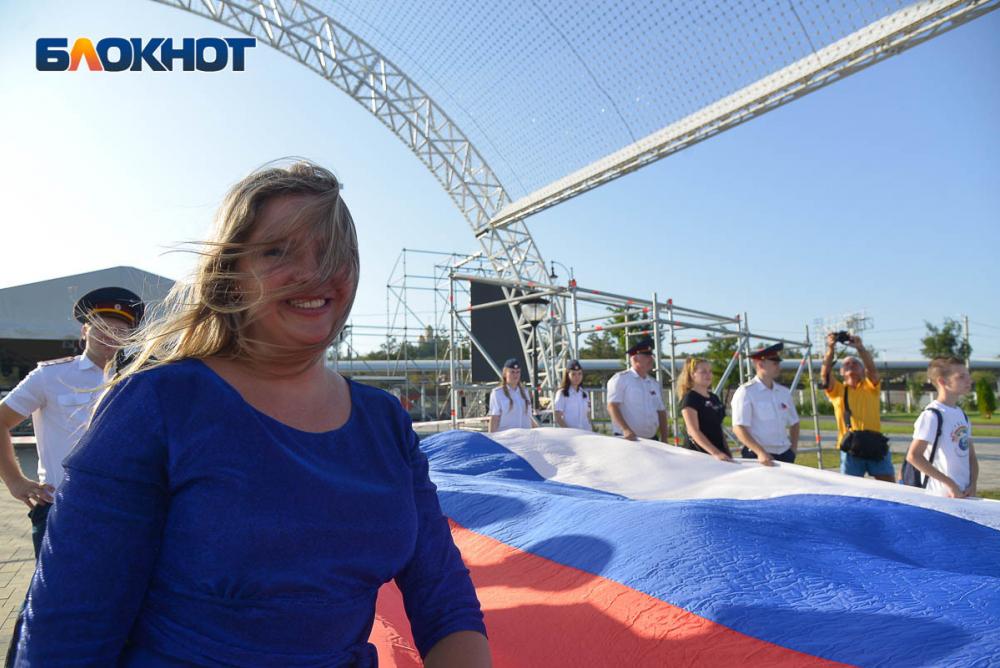 22 августа волгоградцы развернули гигантский триколор