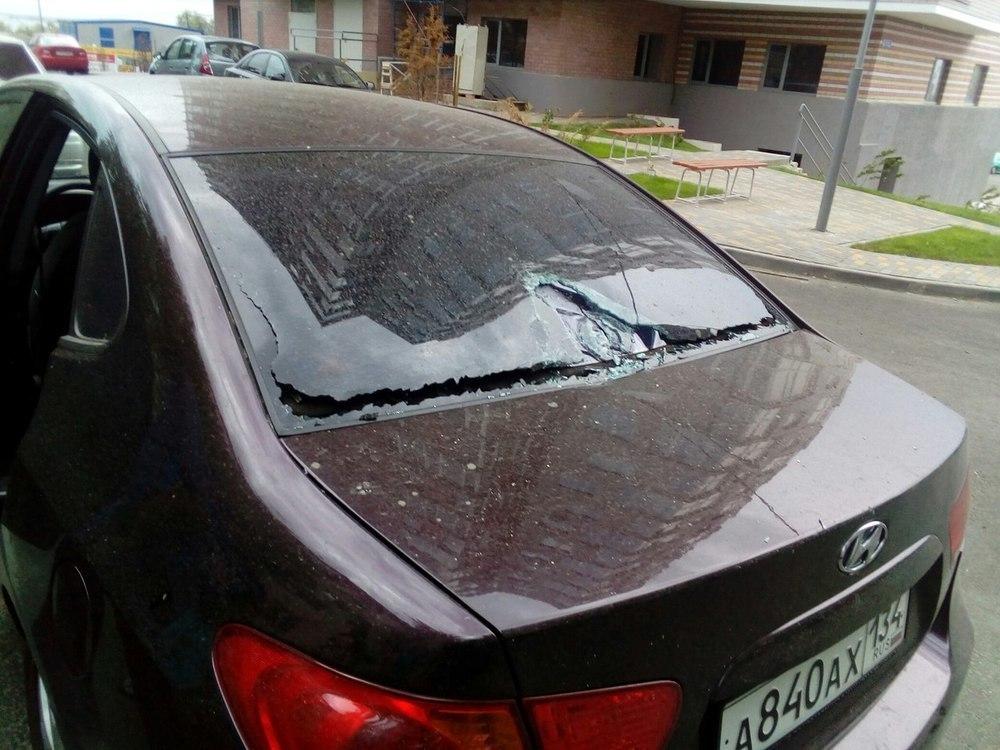 На припаркованный Hyundai упало ведро