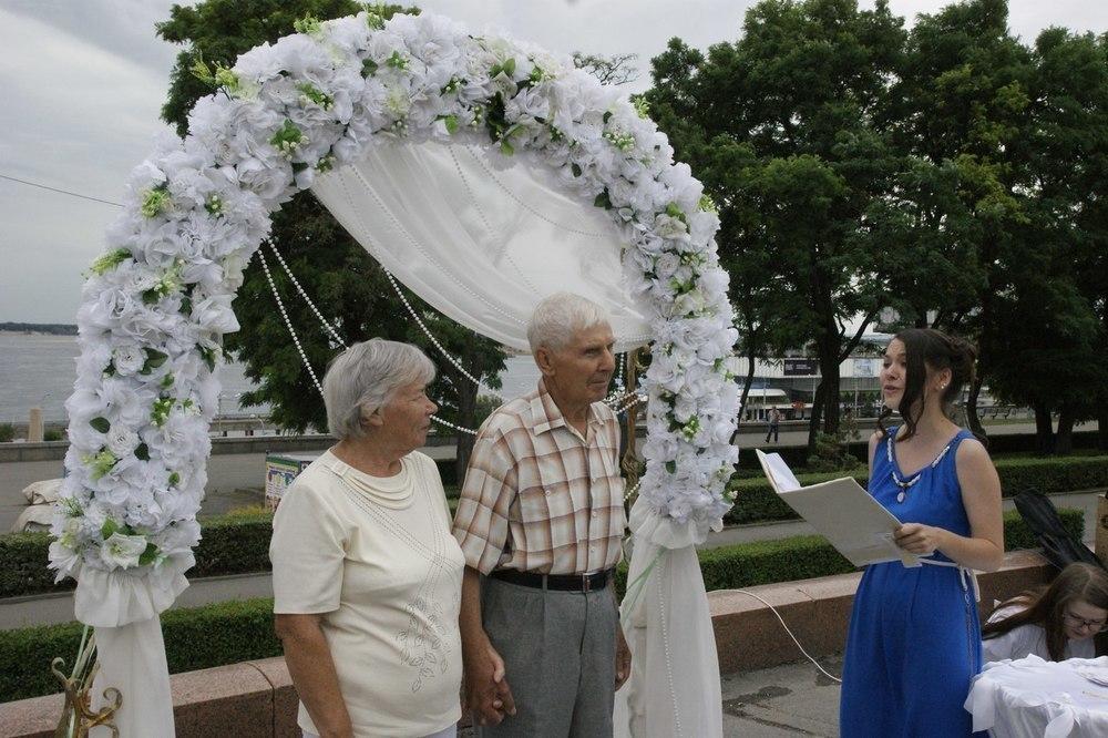 В Волгограде в шуточном ЗАГСе в День семьи поженились пенсионеры
