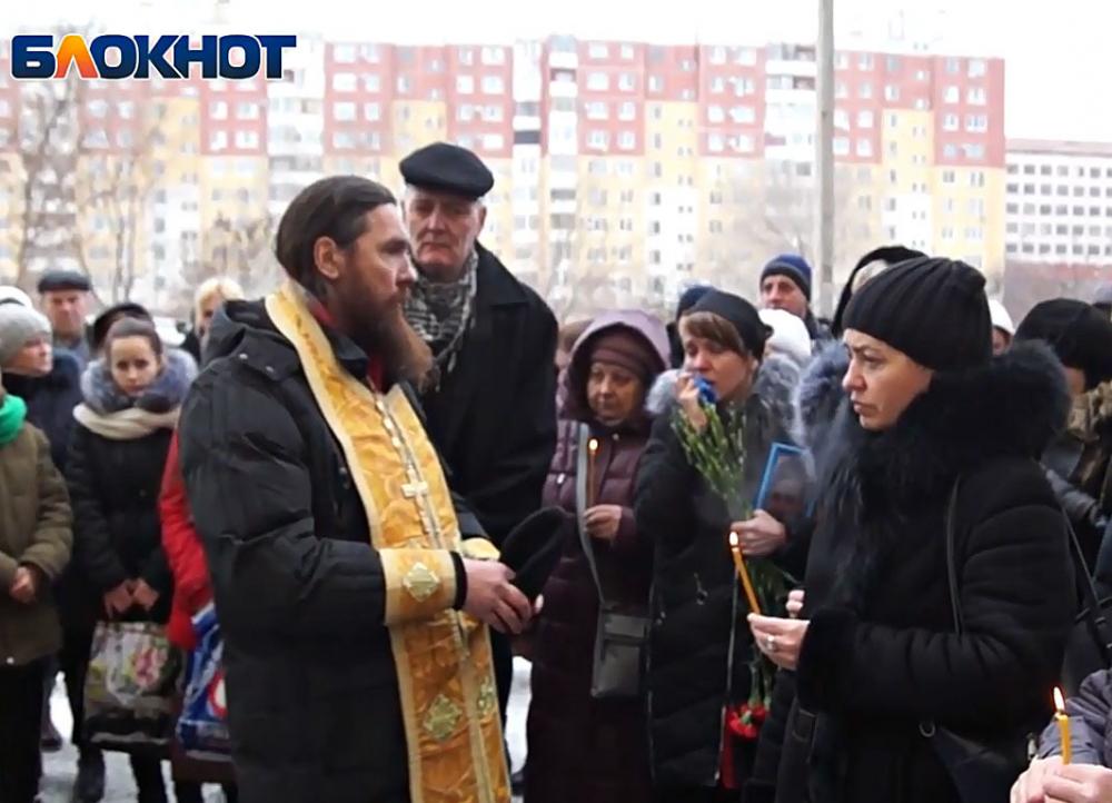 Зачем ты так с нами: прошли похороны 14-летнего мальчика, который отравился газом и умер в магазине в Волгограде