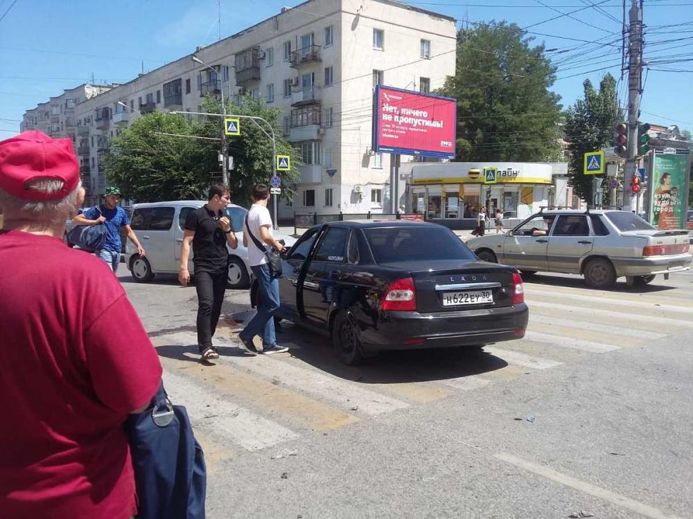 Лихач влетел в иномарку возле Ворошиловского ТЦ в Волгограде:пострадала пешеход