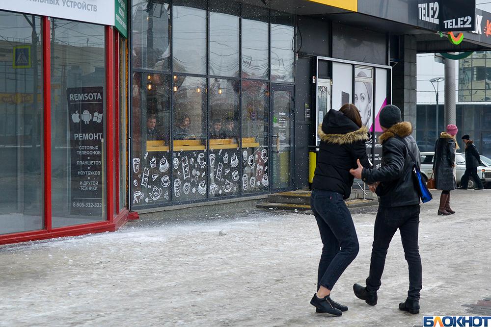 Куски льда падают на волгоградцев в центре города