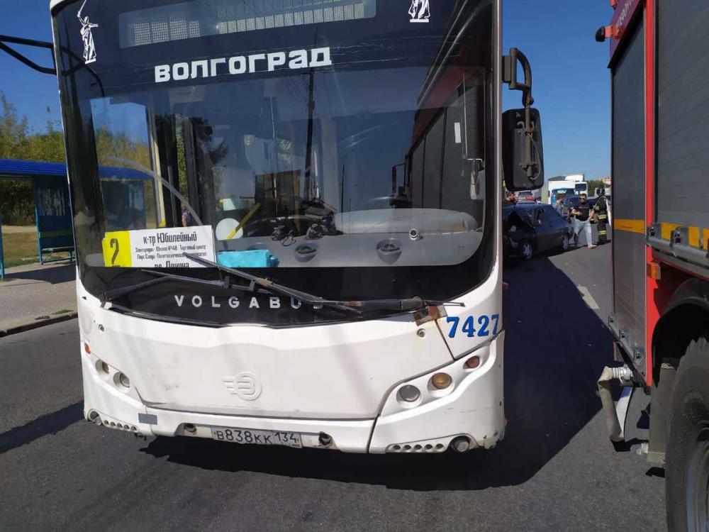 В Волгограде в столкновении «десятки» с автобусом пострадали четыре человека