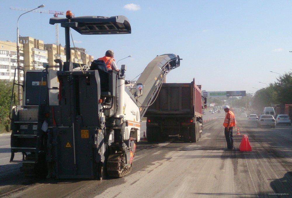 Дорогу на проспекте Жукова в Волгограде круглосуточно ремонтируют 25 единиц спецтехники