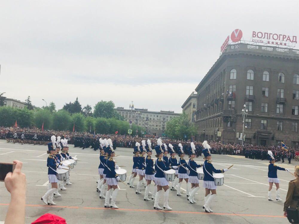 Военные прошли маршем парада Победы по площади Павших Борцов