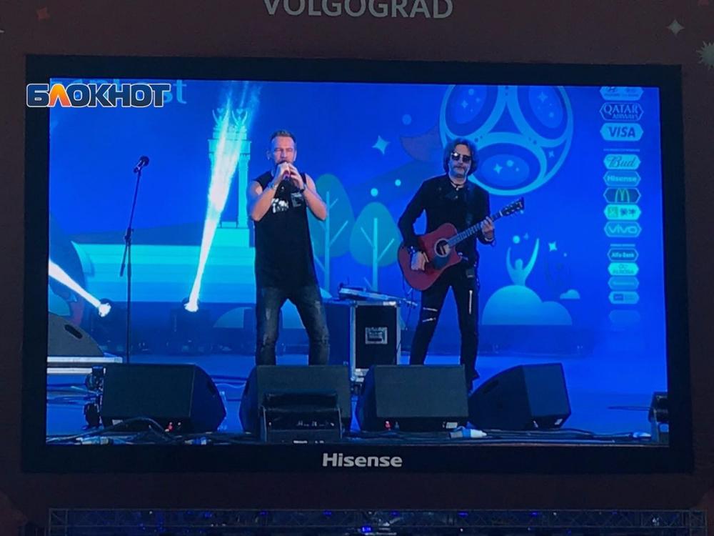 Харизматичный пенсионер и группа Plazma развлекают болельщиков на фан-зоне в Волгограде