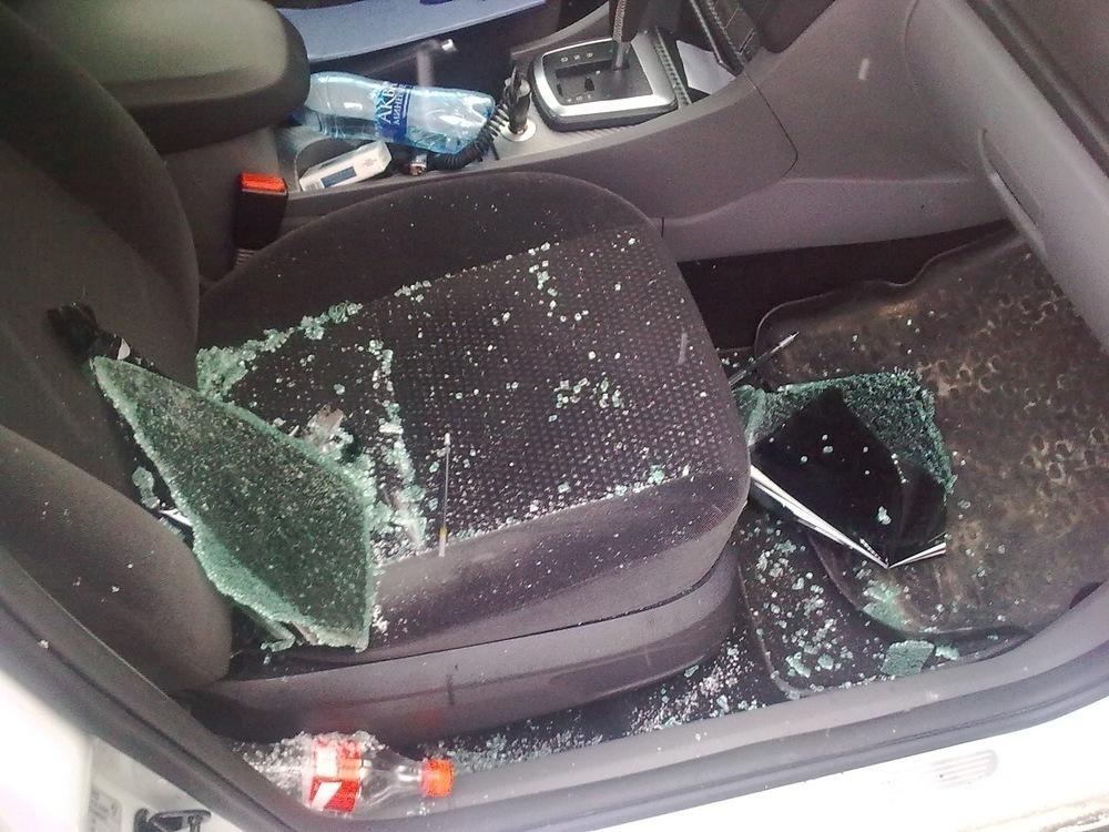 На севере Волгограда мужчина разбил стекло у Ford за неправильную парковку