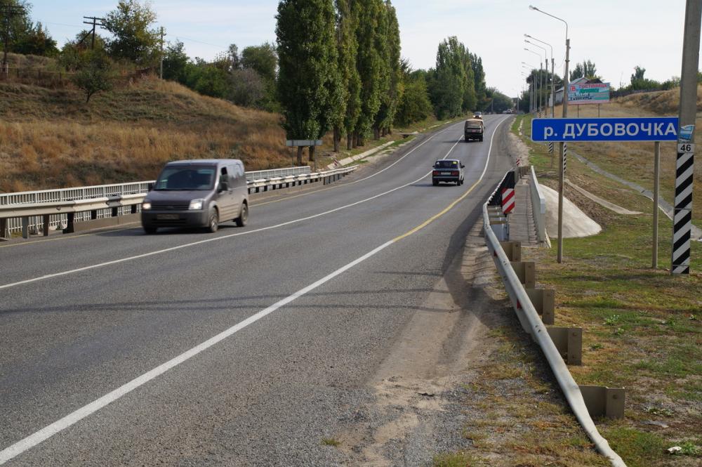 Тоннами бензина залило трассу под Волгоградом: жители побежали за канистрами