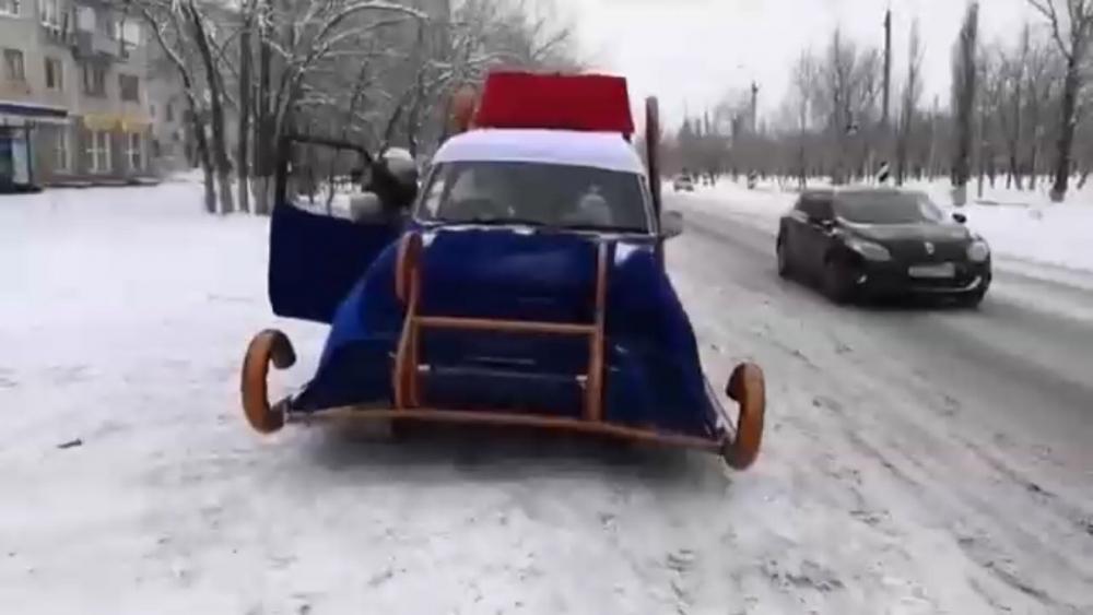 Современные сани-автомобиль с Дедушкой Морозом сняли на видео в Волгограде