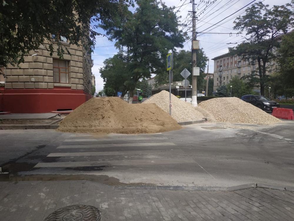 В центре Волгограда разрыли тротуары и оставили «полосу препятствий» на все выходные