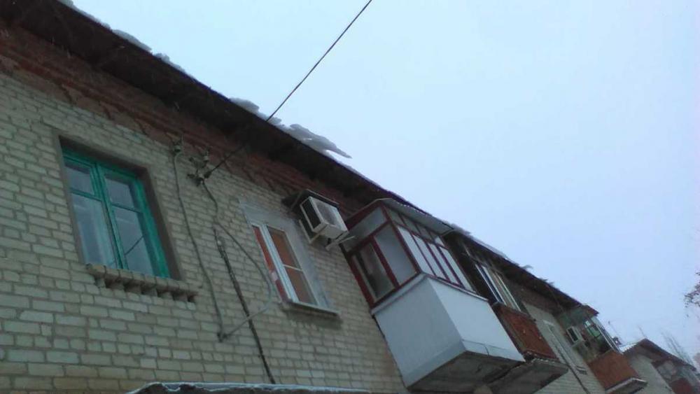 Жители многоквартирного дома на севере Волгограда опасаются быть раздавленными глыбой льда