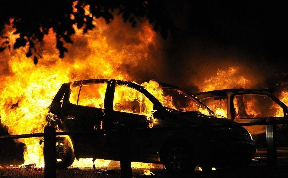 Nissan Pathfinder и Audi A4 сожгли дотла в Волжском