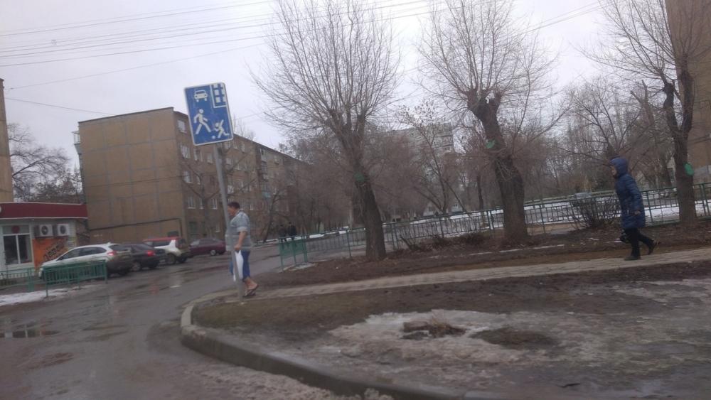 «Сходил за хлебушком»: волжан поразил мужчина в футболке и шлепках в морозном городе