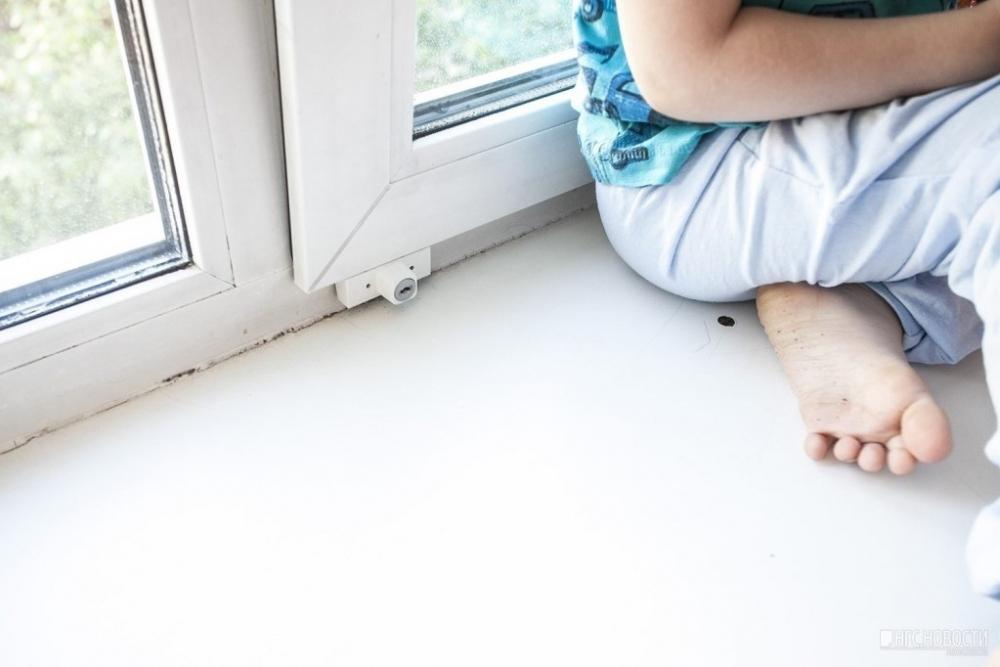 Годовалый ребенок выпал из окна 4-го этажа в Михайловке