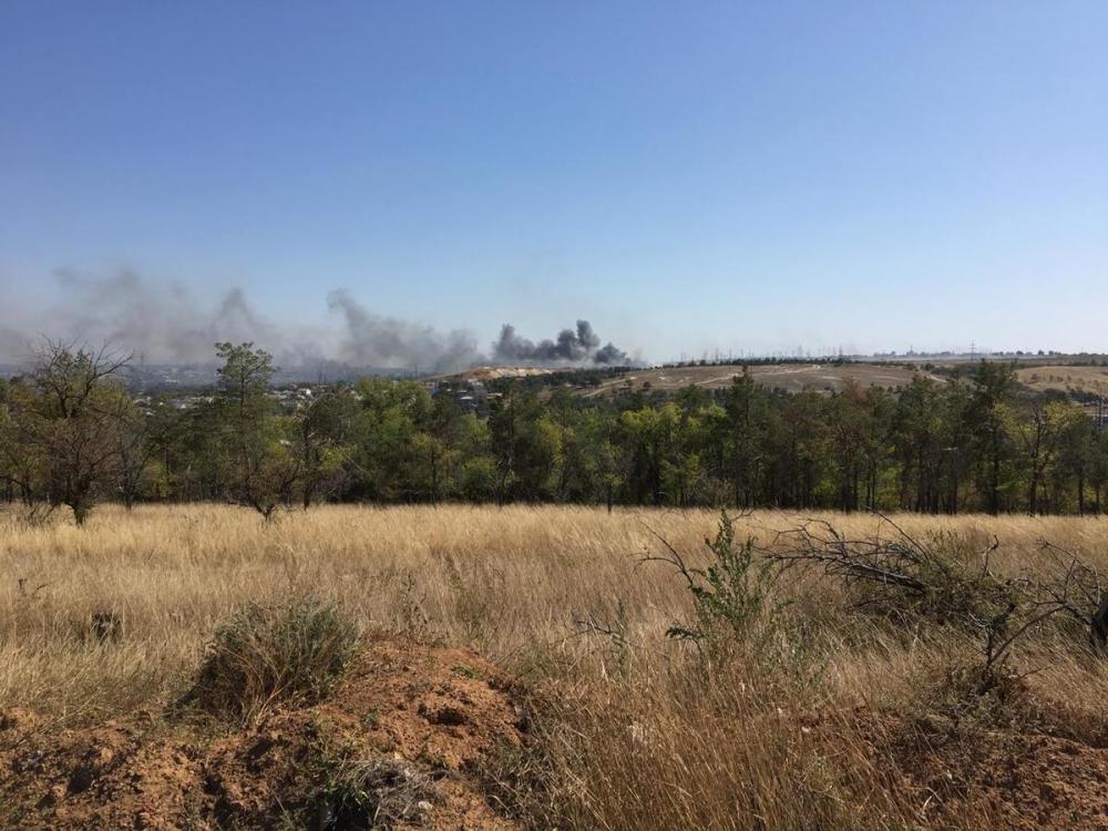 Крупный пожар полыхает на Ангарском в Волгограде