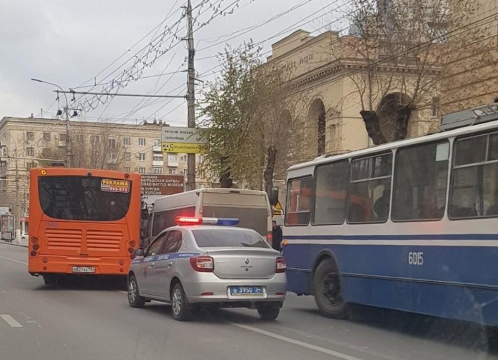 Маршрутка протаранила автобус в центре Волгограда