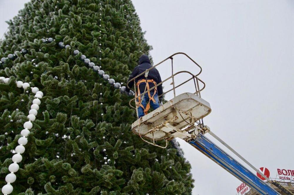 Главную елку Волгограда наряжают на площади Павших борцов