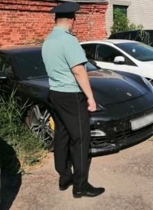 У волгоградцев забрали «Porsche Panamera» из-за дорожных штрафов
