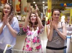 Одиннадцать девушек чуть не разгромили Selgros в Волгограде во время покупок