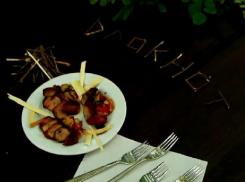 Восемь волгоградских красоток заставили ресторатора и критика есть палки и листья