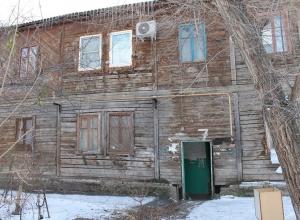 Жильцы опасного дома на юге Волгограда латают дыры в стенах подручными средствами