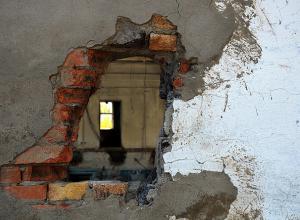 Спасатели в Волгограде выбили стену, чтобы спасти пенсионерку