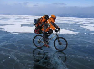 Экстремалы 10 дней будут ехать на велосипедах по льду от Саратова до Волгограда