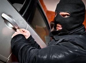На юге Волгограда поймали потрошителей автомобилей прямо за работой