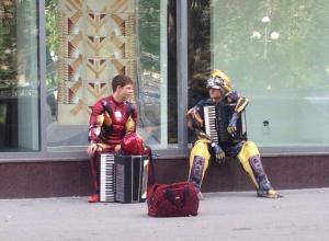 Железный человек из «Мстителей» помогает трансформеру заработать себе на жизнь в Волгограде