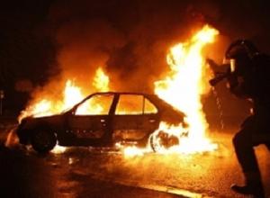 Audi Q7 и Toyota Camry выгорели дотла на западе Волгограда