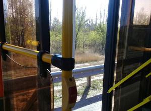 Охлаждающую поездку с открытой дверью устроил волгоградцам водитель автобуса