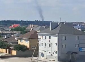 Промчавшийся над жилыми домами смерч сняли на видео под Волгоградом