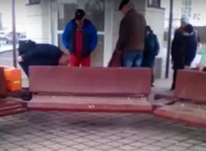 Житель Волжского умер на глазах у прохожих в ожидании «скорой»