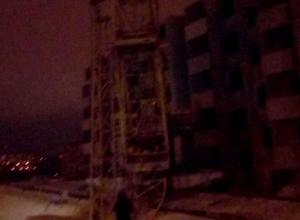 В «Родниковой долине» стрела башенного крана рухнула на дом
