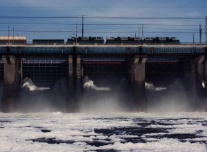 На мосту Волжской ГЭС поезд насмерть сбил мужчину