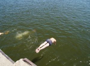 37-летняя девушка внезапно «скрылась» на глазах под водой на пляже в Волжском