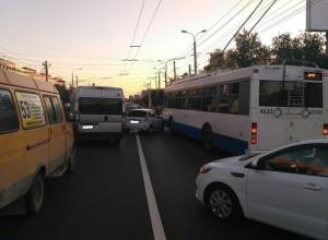 Молодой водитель на «Калине» протаранил троллейбус на севере Волгограда