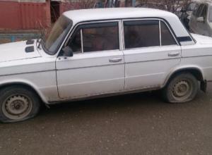 Автовладельцу порезали колеса во дворе на юге Волгограда