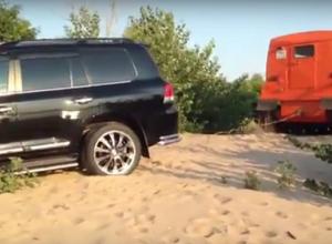 На видео попало спасенье вездеходом застрявшей на волгоградском пляже Toyota Land Cruiser