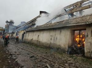 Несколько часов полыхает пожар на маслоэкстракционном заводе Урюпинска