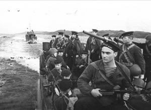 Моряки-североморцы высадятся у причала в центре Волгограда