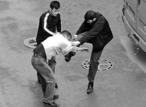 Двое парней устроили драку с волгоградцем возле Royal Bar и обратились в полицию, проиграв